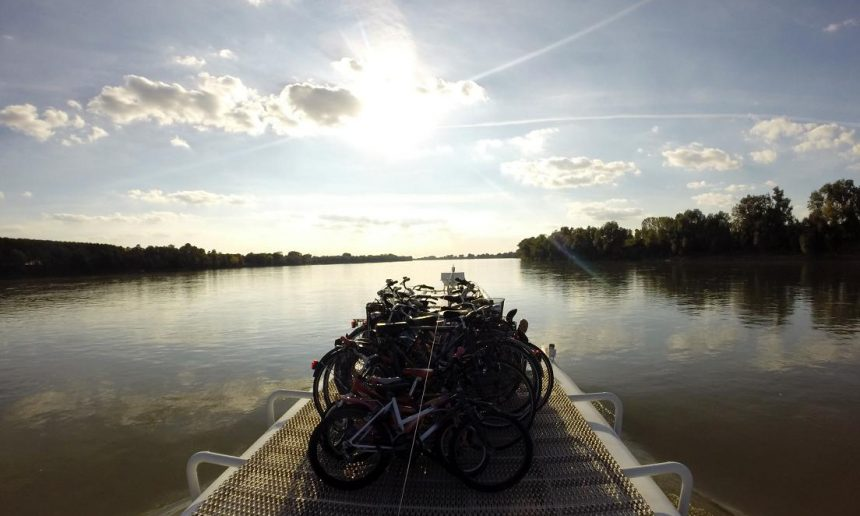 la mia bici viaggia sul fiume