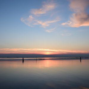 Aperitivo sul fiume al tramonto